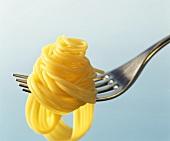 Gekochte Spaghetti um eine Gabel gewickelt