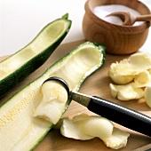 Zucchinihälfte wird mit einem Kugelausstecher ausgehöhlt