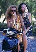 Zwei Sizilianerinnen mit Eis auf Moped