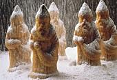 Weihnachtsmänner aus Rührteig im Puderzuckerschnee