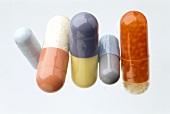 Ernährungsergänzung: verschiedene Vitaminkapseln