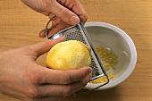 Zitronenschale auf der Reibe