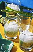 Drei Gläser Caipirinha mit Crushed Ice