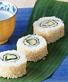 Sushi: spinach ura-maki with sesame edge