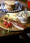 Tiroler Brotzeit mit Speck, Käse und Griebenschmalz