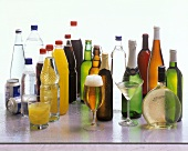 Verschiedene Getränke in Flaschen, Gläsern und Dosen