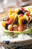 Obstsalat in ausgehöhlter Wassermelone