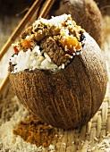 Rindfleisch mit Kokosreis in ausgehöhlter Kokosnuss