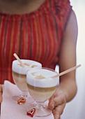 Frau im Sommerkleid serviert Caffe coretto