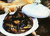Mussels in vegetable stock; baguette