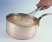 Cremesuppe mit Sahne verrühren