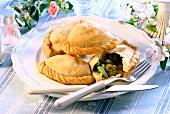 Samosas (pikant gefüllte Teigtaschen auf indische Art)