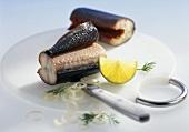 Geräucherter Aal in Stücken, garniert mit Zitrone und Zwiebel