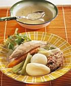 Gefülltes Huhn, Gemüse und Kartoffeln aus dem Suppentopf