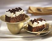 Schokoladen-Amaretto-Kuchen mit Quark und Schokoröllchen