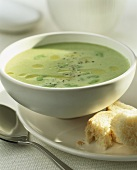 Spicy green bean soup with white bread