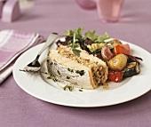 Gefülltes Lachsfilet mit Gemüse und Salat