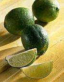 Limetten und Limettenschnitze (Citrus aurantiifolia)
