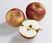 Äpfel, Sorte Jamba (Malus domestica), einer halbiert