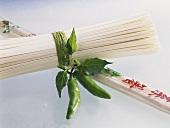 Chinesische Nudeln, teilweise verpackt, mit Chilischoten