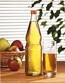 Apfelsaft in Glas und Flasche