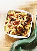 Makkaroniauflauf mit Auberginen, Paprika, Tomaten und Oliven