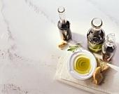Stillleben mit Olivenöl und Balsamicoessig
