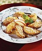 Karamellisierte Apfelspalten mit Sesam aus dem Wok