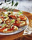 Crostini alla caprese (Tomaten-Mozzarella-Crostini & Oliven)