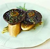 Baguettescheiben mit marinierten Pilzen