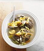 Gekochte Rinderbeinscheiben mit Suppengemüse und Kartoffeln