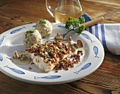 Zander fillet with chanterelle crust and bread dumplings