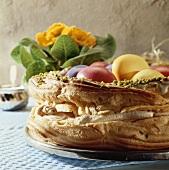 Ostergebäck mit Pistazien, gefüllt mit gefärbten Eiern