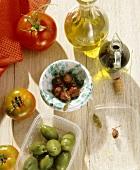 Oliven, Tomaten, Olivenöl und Balsamicoessig