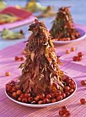 Herbstliche Tischdeko: Pyramide aus Ahornblättern