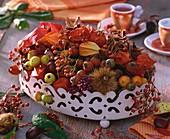 Herbstliche Tischdeko: Schale mit Hagebutten, Zierapfel etc.
