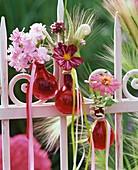 Sommerliche Blumendeko mit Ähren am Gartenzaun