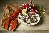 Gekochter Hummer, Austern, Radieschen und Weissweinglas