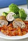 Turkey roulades with tomatoes and broccoli