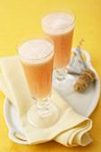 Bellini (Cocktail mit Sekt und Pfirsichpüree) in zwei Gläsern