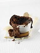 Aufgeplatztes Schokoladensouffle im Backförmchen