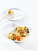 Ravioli mit Fleischfüllung in Brühe