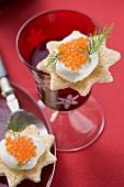 Canapés with crème fraîche and salmon caviar (Christmas)