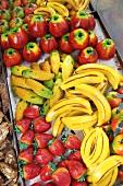 Verschiedene Marzipanfrüchte auf einem Markt