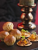 Mini-brioches and crackers topped with chutney