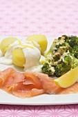 Smoked salmon with broccoli gratin, potatoes & lemon sauce