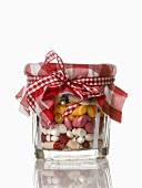 Verschiedene Tabletten in einem Marmeladenglas