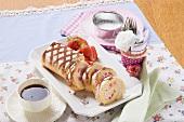 Biskuitrolle mit Erdbeeren, angeschnitten, Tasse Kaffee