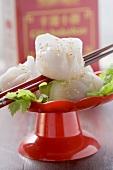 Dim Sum mit Sesam auf Koriandergrün (China)
