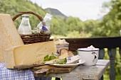 Rustikales Stillleben mit Käse, Quark, Milch und Brot